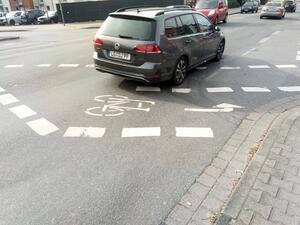 Eine auf der Fahrbahn markierte Abbiegetasche birgt bei gleichzeitiger Grünphase für den Kfz- und Radverkehr ein erhebliches Sicherheitsrisiko
