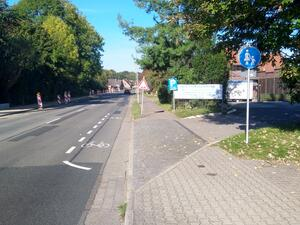 Die Radtrasse wird ungesichert zum Schutzstreifen auf der Fahrfahn verschwenkt