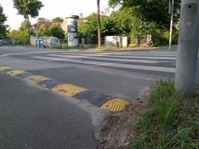 Bremsschwellen auf Fahrradtrassen lösen selbst bei langsamen Geschwindigkeiten schädliche Erschütterungen aus und stellen so ein erhebliches Sicherheitsrisiko da.