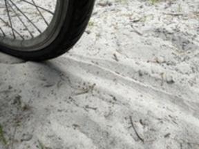 Der Grad der Versandung der Radtrasse erschwert oder verhindert die Weiterfahrt