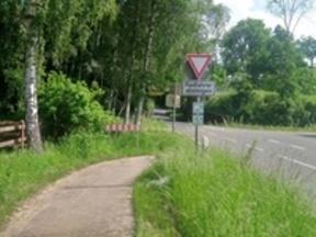 Benutzungspflichtige Radverkehrsanlage weist eine zu enge Kurvenführung auf und hemmt so die Fahrradnetzdurchlässigkeit.