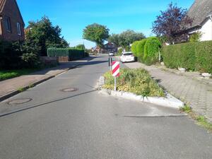 Eine Kfz-Verkehrsberuhigung mittels Engstelle ohne Radverkehrbypass hemmt den Fahrfluss des Radverkehrs