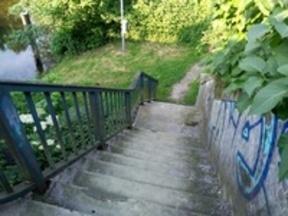 Treppenstufen ohne Schieberille oder Rampe behindern die Fahrraddurchlässigkeit des Weges