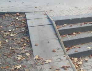 Die Rampe an der Treppe ist unnutzbar / nicht barrierefrei (schmal, uneben, oder nicht an terrassiertes Niveau angepasst)