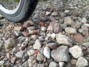Wegebelag ist für Radverkehr zu uneben durch steinigen Untergrund