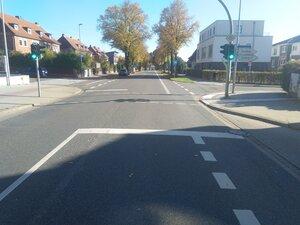 Aufstellfläche am Knotenpunkt fehlt, Radverkehr muss indrekt links abbiegen, dieses führt zu erheblichern Reisezeitmehraufwand