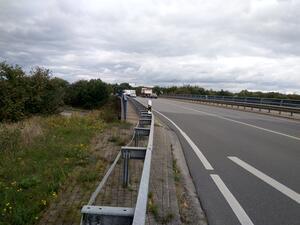 Radtrasse wird durch eine reine KFZ-Brücke unterbruchen, Fließverkehr birgt zudem ein erhöhtes Risiko