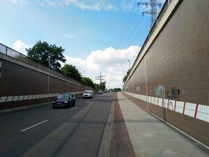 Das Terrain wird durch eine Straße geschnitten, ursprüngliches Niveau hat keine Wegebeziehung