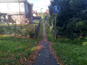 Der Fußweg ist schmaler als 1,50m und erfüllt damit nicht die Mindestbreite für barrierefreien Fußverkehr