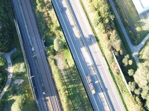 Radverkehr durch Infrastrukturschneise unterbrochen, keine Verbindung mit gegenüberliegender Seite