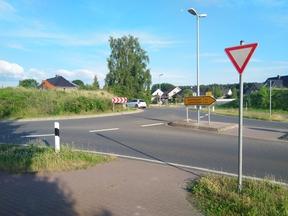 Für einen hemmnisfreien Radverkehr im Kreisel ist dieser rechtlich durch entsprechende Vorfahrtsregeln parallel zum KFZ-Verkehr zu führen