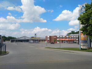 Der Parkplatz ist ohne Fuß-/Radverkehrfurt, es besteht ein erhebliches Sicherheitsrisiko für den Fuß- und Radverkehr