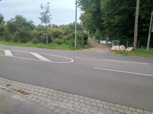 An einem Knotenpunkt des Fuß-/Radverkehrs fehlt eine sichere Querungsmöglichkeit für den Fuß- / Radverkehr über die Kfz-Fahrbahn