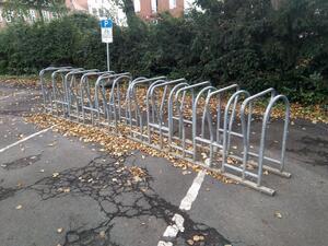 Mangelhafte Fahrradabstellmöglicheiten erzeugen Parkplatzsuchverkehr, welcher sich wiederum negativ auf die Reisezeit auswirkt