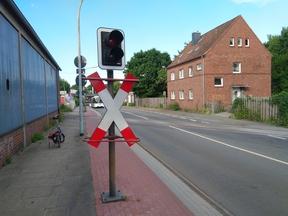 Auf dem Radweg befindet ein fest installierter Gegenstand (z.B. Lichtmast, Ampel, Verkehrszeichen, etc.), der den Wegequerschnitt erheblich verringert und so den Rad unnutzbar macht