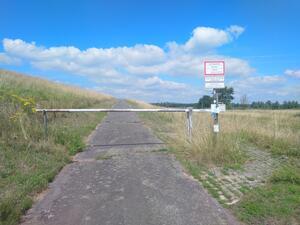 Die Schranke (ggf. mit seitlichem Bypass) ist fehldimensioniert, keine barrierefreie Passage für den Radverkehrs möglich