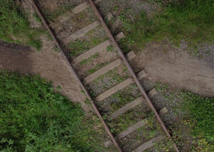 Ein Trampelpfad zeigt den Bedarf einer Bahnwegquerung