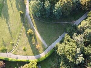 Ein Trampelpfad zeigt die Wegesbeziehungen über eine Grünfläche