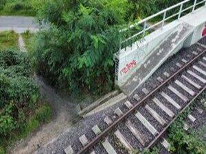 Ein Trampelpfad zeigt den Bedarf der Anbindung einer Brücke an das Fuß-/Radwegenetz