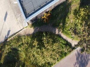 Ein Trampelpfad zwischen Grundstücken (und Straßenräumen) zeigt den Bedarf eines Durchstichs