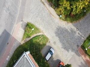 Ein Trampelpfad zeigt die Fußverkehrwegebeziehungen an einen Knotenpunkt