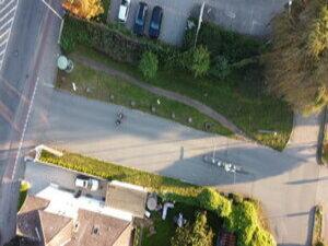 Ein Trampelpfad zeigt den Bedarf eines Rad-/Fußweges parallel zur Straße