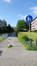 Nur-Gehweg. Verbindung zwischen Am Schierbrunnen und Dahlenburger Landstraße